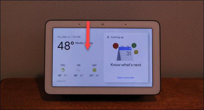 Centrum Google Home ze strzałką w dół rysowaną od góry ekranu.