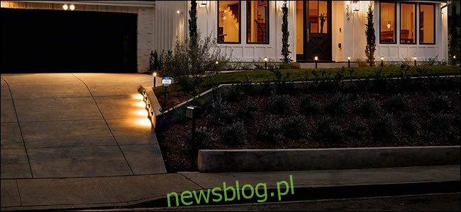 Seria inteligentnych lamp pierścieniowych wzdłuż ścieżki chodnika.