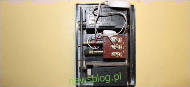 Akcesorium do dzwonka podłączone do skrzynki dzwonka.