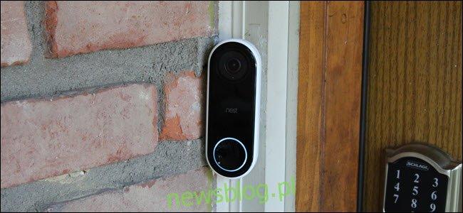 Dzwonek Nest Hello Video Doorbell ze świecącym podświetleniem przycisku.