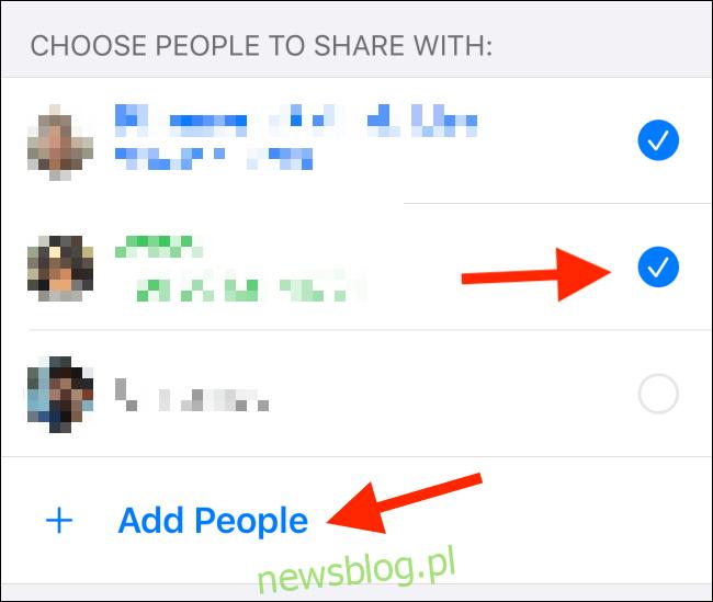 Stuknij przycisk opcji obok każdego kontaktu; kran