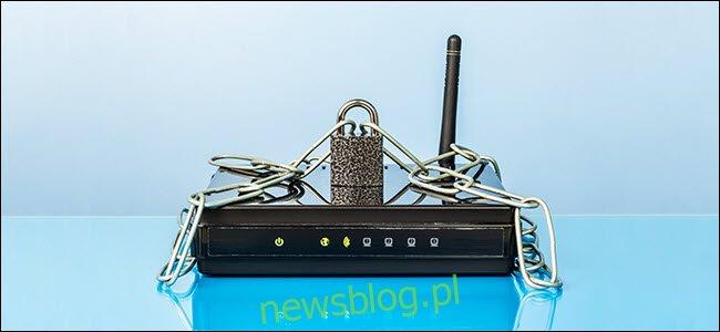 Router, łańcuch i zamek. Sieć Wi-Fi chroniona hasłem