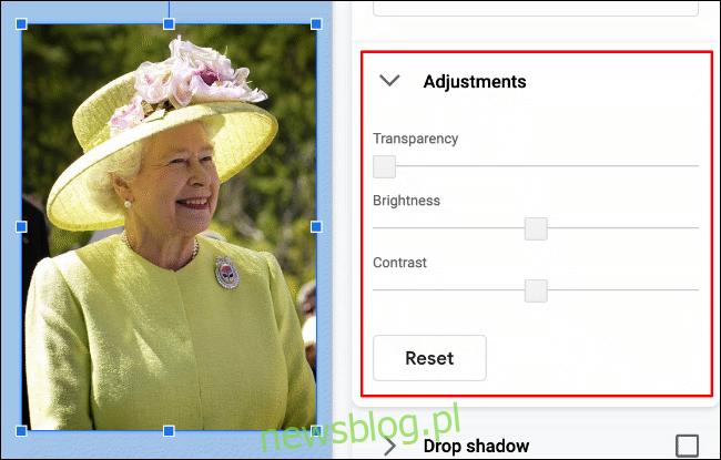 """Aby zmienić jasność, kontrast lub przezroczystość obrazu w Prezentacjach Google, kliknij Format> Opcje formatu> Dopasowania """"width ="""" 650 ″ height = """"415 ″ onload ="""" pagespeed.lazyLoadImages.loadIfVisibleAndMaybeBeacon (this); """" onerror = """"this.onerror = null; pagespeed.lazyLoadImages.loadIfVisibleAndMaybeBeacon (this);""""> </p><p> Powyższy obraz królowej Elżbiety II ma zerowy poziom przezroczystości. Poziomy jasności i kontrastu są również ustawione na zero, z możliwością zmniejszenia tych ustawień powyżej i poniżej zera (używając oryginalnych ustawień obrazu jako domyślnych). </p><p> Aby zmienić te ustawienia, przesuń suwaki dla każdego za pomocą myszy lub gładzika. Przesuń suwak w lewo, aby zmniejszyć efekt tej opcji, lub przesuń go w prawo, aby ją zwiększyć. </p><p> <img loading ="""