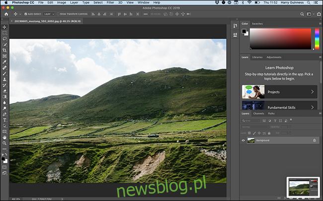 Przestrzeń robocza Essentials w programie Photoshop.