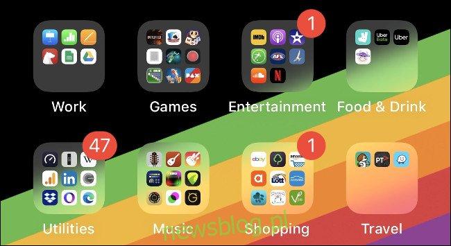 Foldery aplikacji na ekranie głównym iOS uporządkowane według typu.