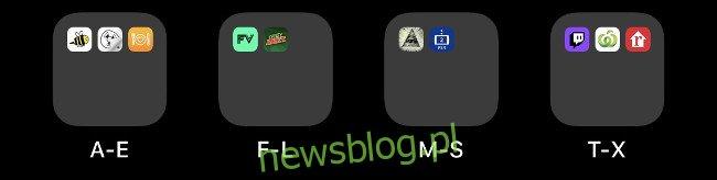 Cztery foldery na ekranie głównym iOS oznaczone alfabetycznie.