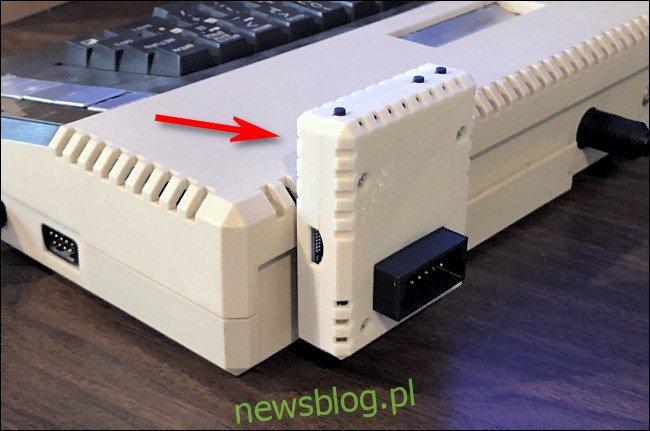 Adapter FujiNet podłączony do Atari 800XL.