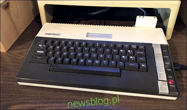 Adapter FujiNet zainstalowany na Atari 800XL.
