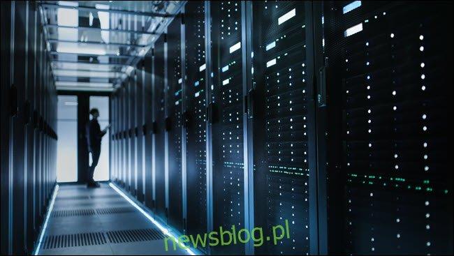 Mężczyzna stojący w centrum danych.
